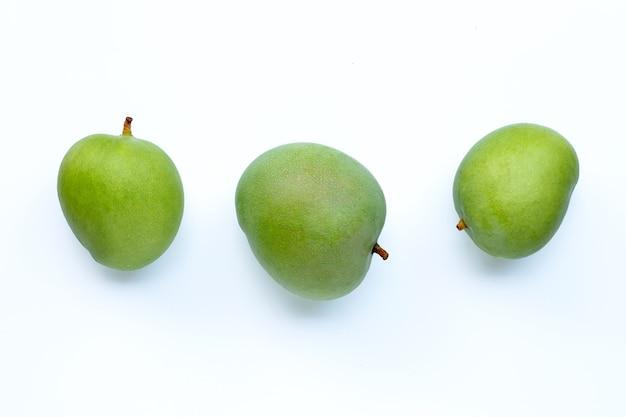 Manghi verdi su superficie bianca