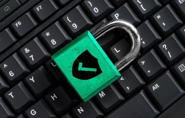 Chiave master verde sulla tastiera nera, concetto di privacy di sicurezza informatica