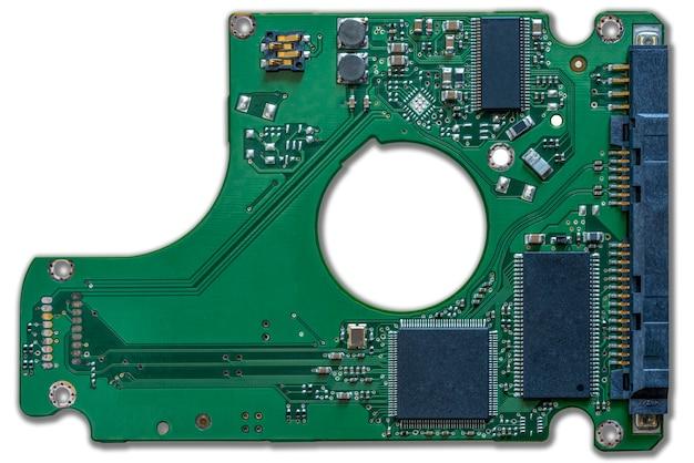 Circuito del disco rigido meccanico verde, primo piano locale su sfondo bianco