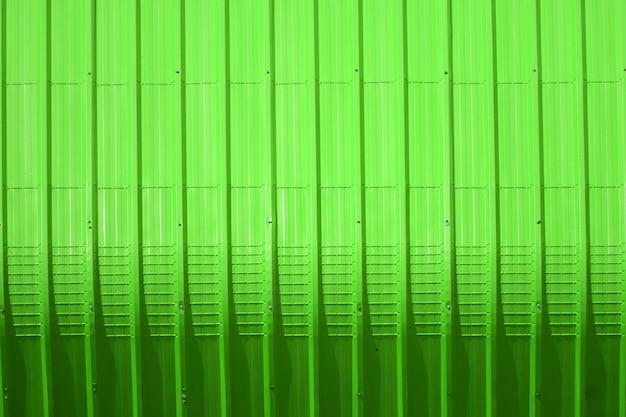 Modello di lamiera verde e disegno della linea verticale
