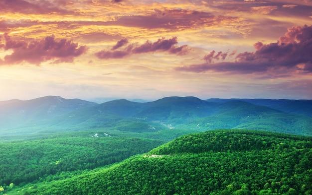 Colline verdi delle montagne
