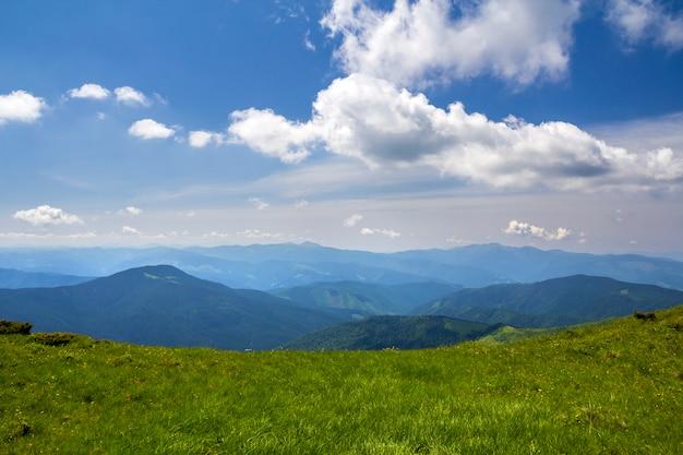 Panorama verde delle montagne sotto cielo blu il giorno soleggiato luminoso. turismo e concetto di viaggio, copia spazio sullo sfondo.