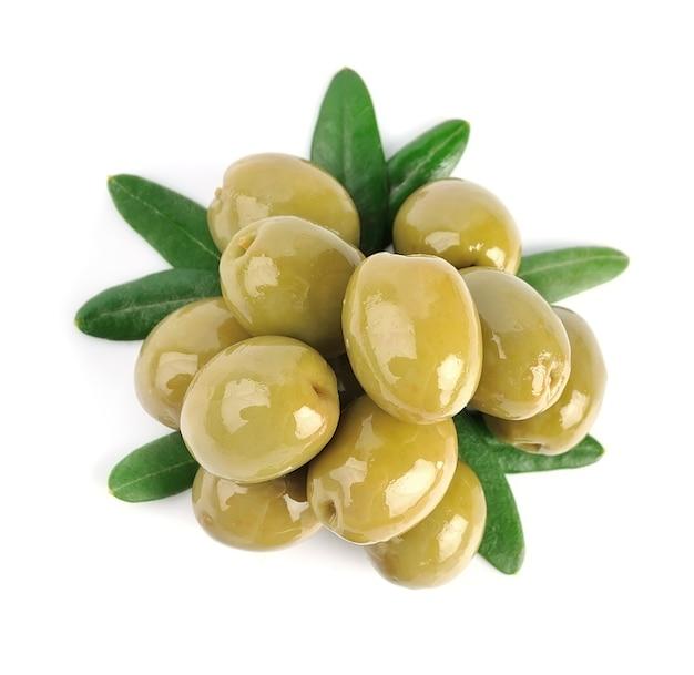 Frutti di olive verdi con foglie isolate.