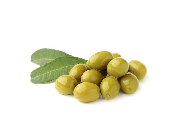 Olive verdi isolate su uno sfondo bianco.