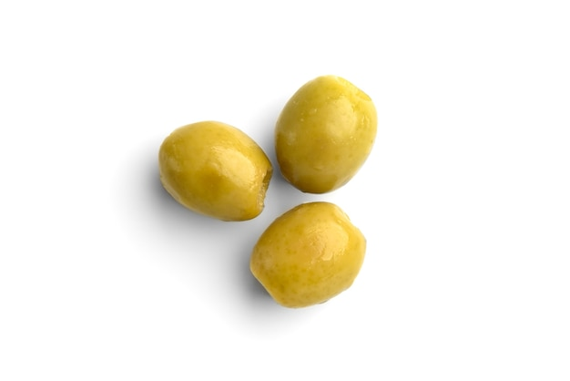Olive verdi isolate su fondo bianco.