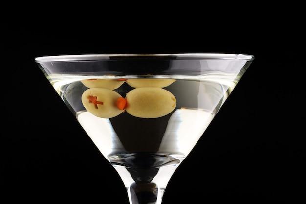 Olive verdi in un bicchiere da martini