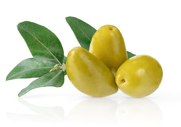 Olive verdi con foglie verdi isolate su sfondo bianco con tracciato di ritaglio.