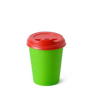 Tazza di carta verde con coperchio in plastica rossa per bevande da asporto isolate su sfondo bianco. contenitore per caffè e tè