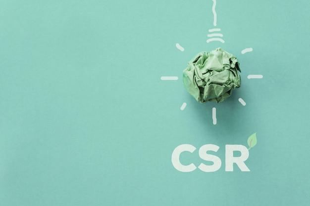 Lampadina del libro verde con csr, responsabilità sociale delle imprese, concetto di business responsabile
