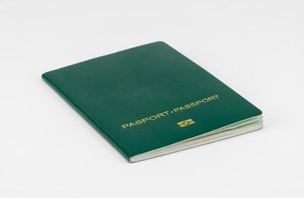 Passaporto verde su sfondo bianco, isolato