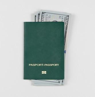 Passaporto verde con dollari americani su sfondo bianco, isolato