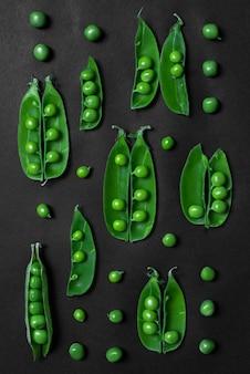 Raccolta del pisello su walll scuro. concetto di cibo vegetariano sano