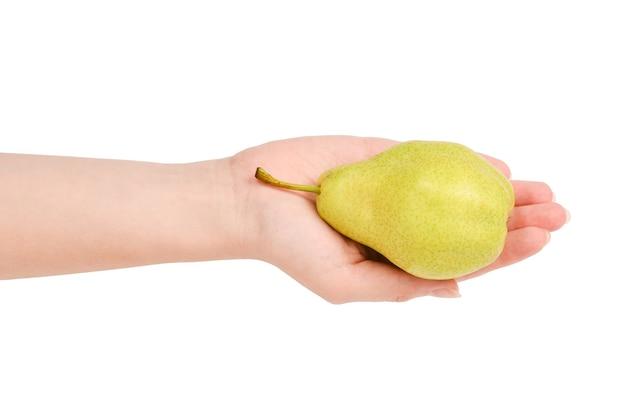 Pera verde isolata su fondo bianco nelle mani della donna.