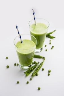 Succo fresco di piselli o frullato o bevanda a base di watana o vatana, bevanda verde indiana salutare servita in un bicchiere