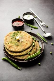 I piselli verdi o matar ka paratha sono un piatto del punjabi che è una focaccia indiana non lievitata fatta con farina integrale, piselli verdi. servito con ketchup e cagliata