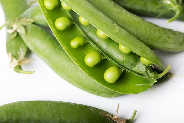 Piselli verdi su sfondo bianco. dieta cruda