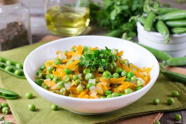 Piselli con carote e cipolle su un piatto