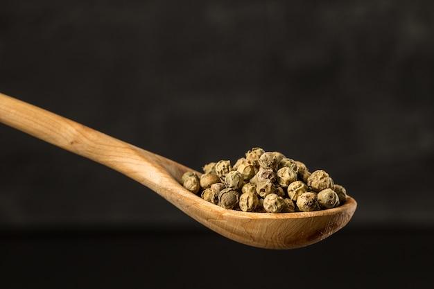 Pepe verde condimento in un cucchiaio di legno