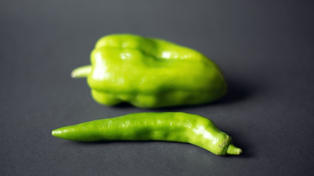 Peperoni verdi su sfondo nero scuro vista dall'alto