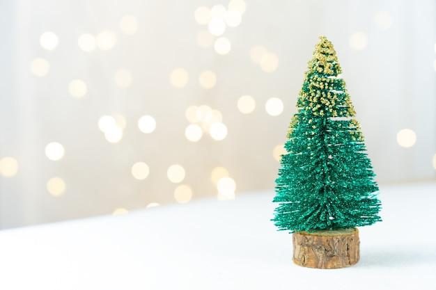 Un pino verde su uno spazio di copia