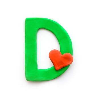 Alfabeto inglese lettera d di plastilina verde con cuore rosso che significa amore