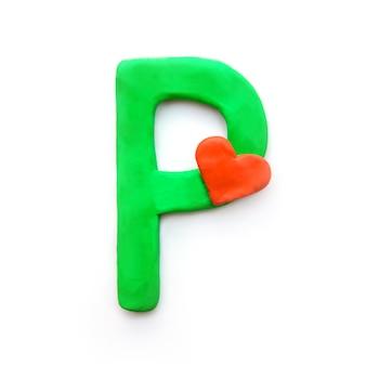 Alfabeto inglese lettera p di plastilina verde con cuore rosso che significa amore
