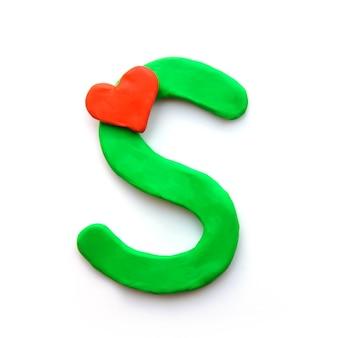 Alfabeto inglese lettera s di plastilina verde con cuore rosso che significa amore