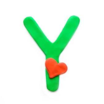 Alfabeto inglese lettera y di plastilina verde con cuore rosso che significa amore
