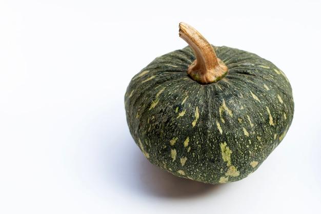 Zucca verde su superficie bianca