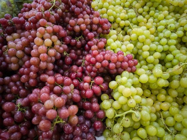 Frutta dell'uva verde e viola cibo sano e naturale.