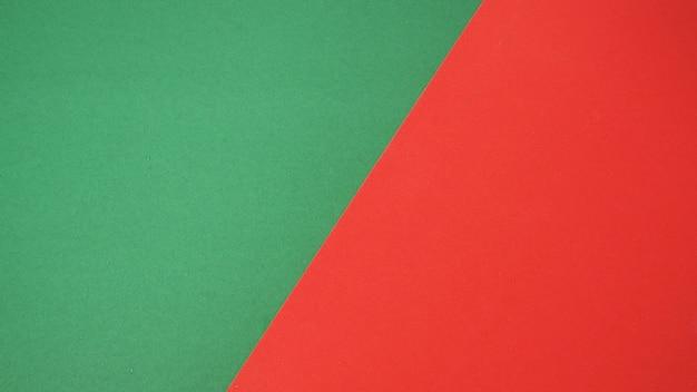 Carta di colore verde e rosso per lo sfondoè uno spazio vuoto e nessuna gente