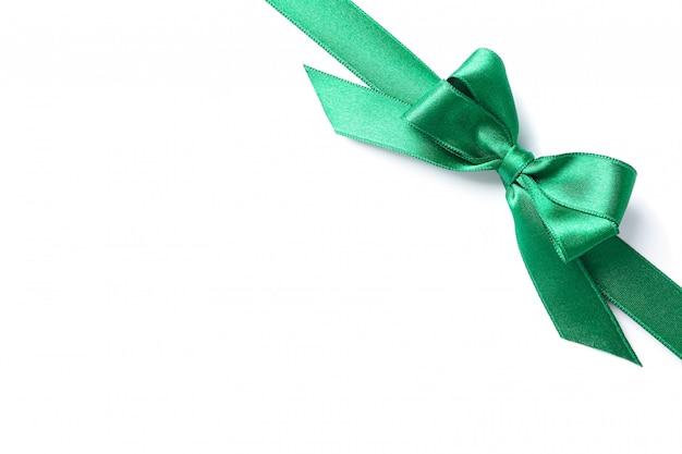 Nastro verde con fiocco isolato su bianco