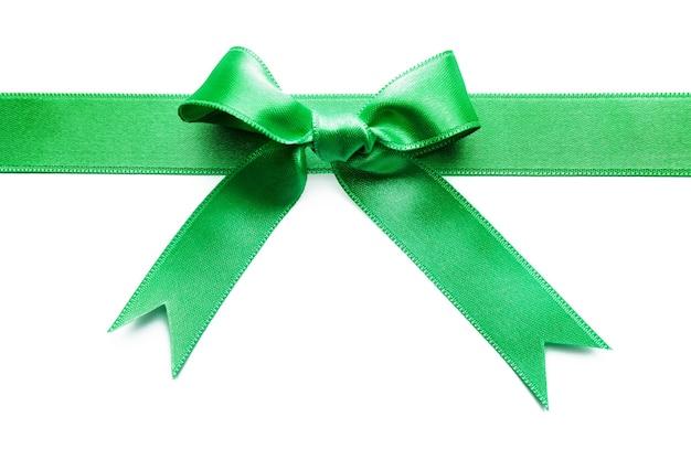 Nastro di raso verde con fiocco su bianco