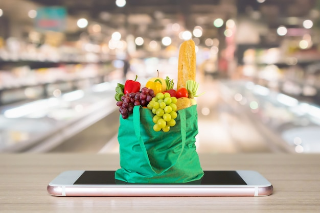 Shopping bag verde sul cellulare con supermercato