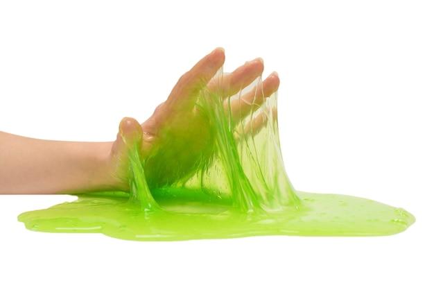 Giocattolo di melma verde in mano di donna isolato su bianco