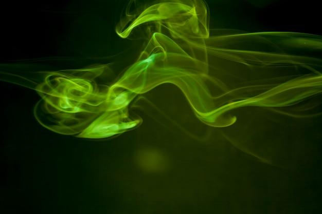 Fumo verde su sfondo nero.