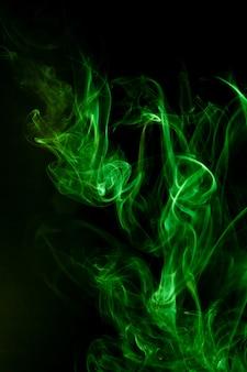 Movimento del fumo verde su sfondo nero.