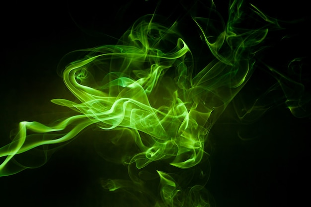 Movimento del fumo verde sulla superficie nera.
