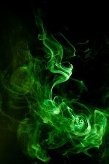 Movimento del fumo verde sul nero.