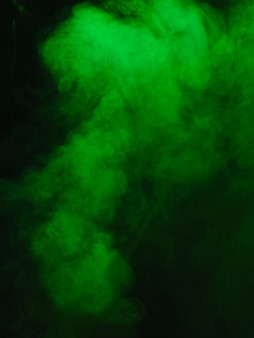 Trama di fumo verde su sfondo nero