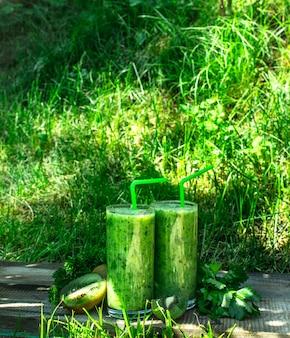 Frullato verde con prezzemolo. sullo sfondo estivo.