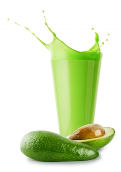 Frullato verde o yogurt con splash e avocado tagliato