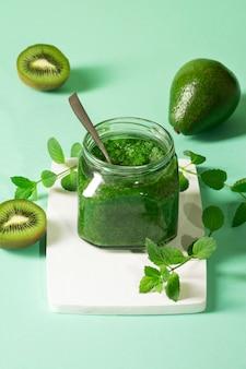 Frullati verdi in barattoli di vetro con mela, kiwi, avocado e menta