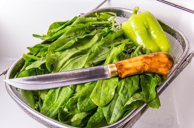 Acetosella e un coltello da cucina