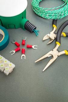 Pezzi di ricambio verdi, strumenti e fili per la sostituzione o la riparazione di impianti elettrici