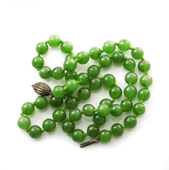 Collana di pietra verde su bianco