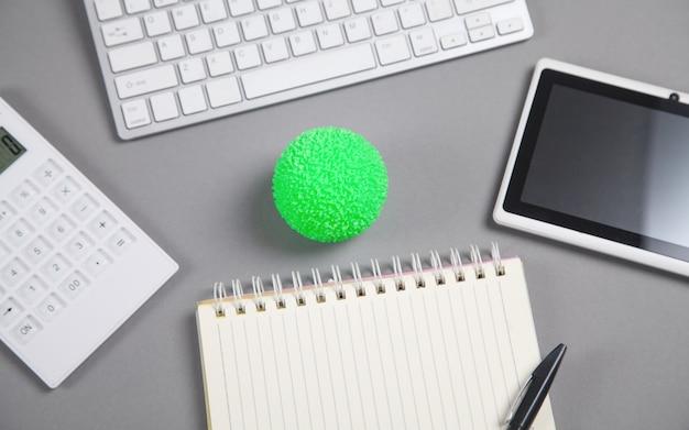 Sfera verde antistress sulla scrivania da lavoro