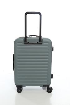 Valigia verde su sfondo bianco