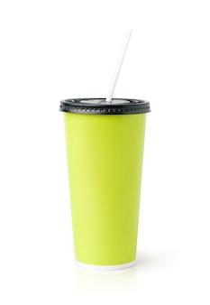 Tazza alta verde con cappuccio nero e paglia bianca isolata su superficie bianca