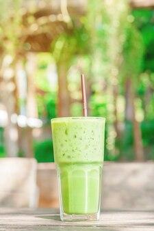 Ghiaccio del tè verde sulla tavola del verticale